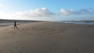 Heerlijk midwinter Labyrint op het strand van Noordwijk